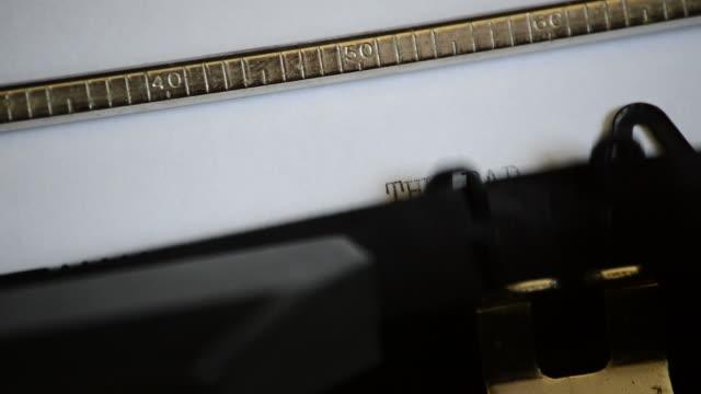 att skriva uttrycket the bad news med en gammal manuell skrivmaskin - paper mass bildbanksvideor och videomaterial från bakom kulisserna