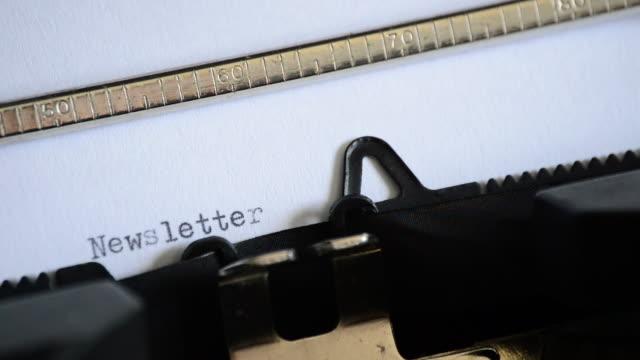 vídeos y material grabado en eventos de stock de escribir la palabra boletín con una vieja máquina de escribir manual - faq