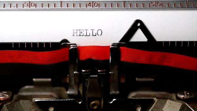 hallo - eingabe mit einer alten schreibmaschine - welcome stock-videos und b-roll-filmmaterial