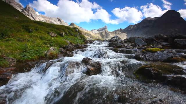 tirolese cascata vicino alla memminger hut, alpi, austria, tirolo - stato federato del tirolo video stock e b–roll