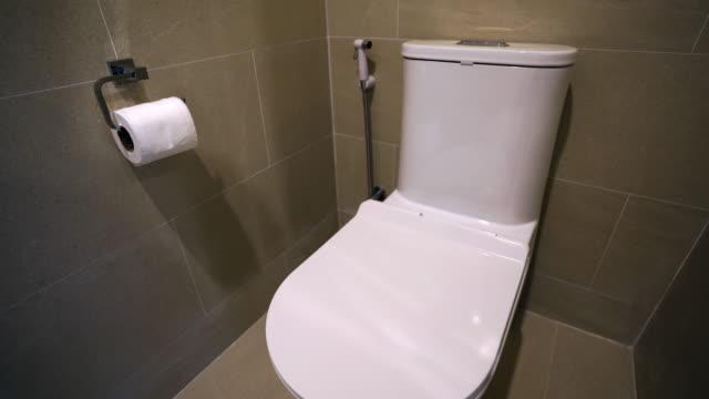 uhd/4k apple prores (hq) : flushing white toilet bowl - coperchio video stock e b–roll