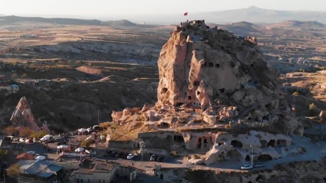 festung uçhisar in goreme kappadokien, türkei - zentralanatolien stock-videos und b-roll-filmmaterial