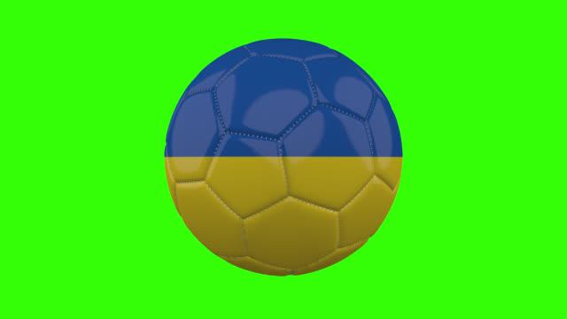 vídeos de stock, filmes e b-roll de bandeira da ucrânia na bola gira em fundo alfa verde transparente, loop - futebol internacional