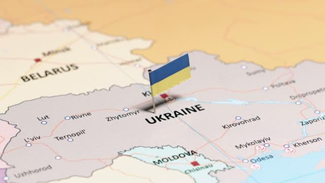ukraine mit nationalflagge - weißrussland stock-videos und b-roll-filmmaterial