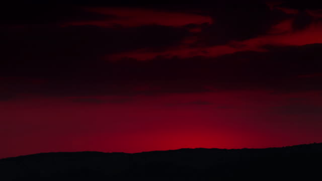4K Ultra HD (4096 x 2304 px): Bright red-orange sunrise behind the mountain