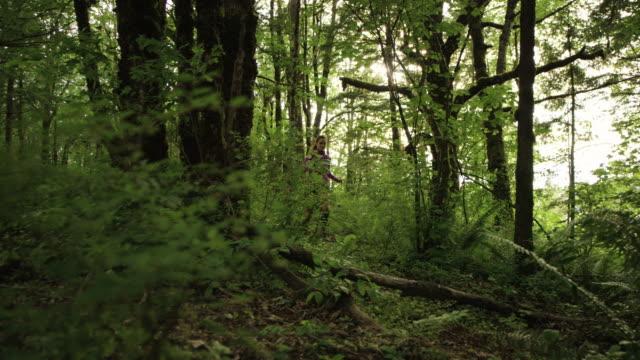 ultra marathon löpare kör utomhus i skogen - tävlingsdistans bildbanksvideor och videomaterial från bakom kulisserna