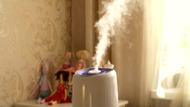 家の中で超音波加湿器 - 加湿器点の映像素材/bロール