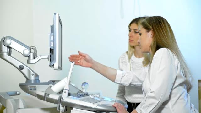 vídeos de stock, filmes e b-roll de ultra-sônico na clínica moderna. - pré estreia