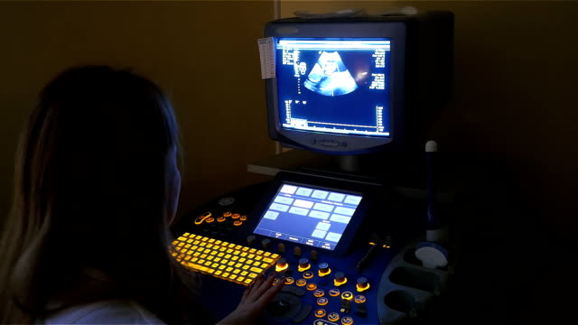 ultrasonography machine in clinic - ginekolog filmów i materiałów b-roll