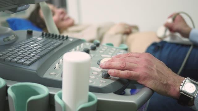 ultrasound examination in doctors office - ginekolog filmów i materiałów b-roll