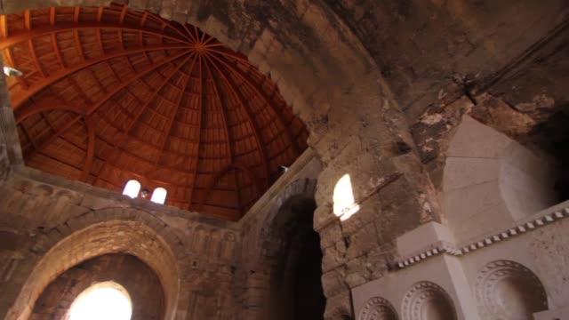 vídeos de stock, filmes e b-roll de palácio de umayyad em amman. - plano médio