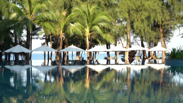 ビーチパラソルや椅子のプール周辺 - ヴィラ点の映像素材/bロール