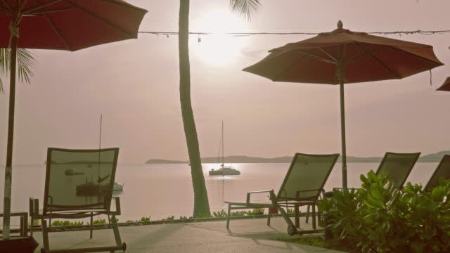 4 k paraply och stol med vackra stranden och havet - pattaya bildbanksvideor och videomaterial från bakom kulisserna