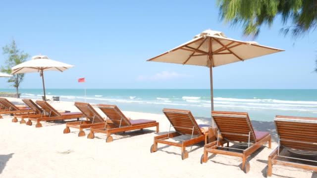 vídeos de stock e filmes b-roll de cadeira guarda-sol de praia - azul turquesa