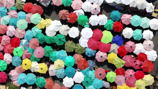 vídeos de stock, filmes e b-roll de guarda-chuvas. - chapéu