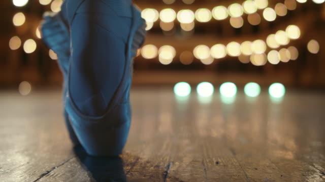 vídeos de stock, filmes e b-roll de movimentos inacreditáveis do dançarino de bailado no estágio. - arte, cultura e espetáculo