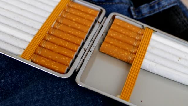 markasız sigara paketi, açık tütün sigara, - nikotin stok videoları ve detay görüntü çekimi