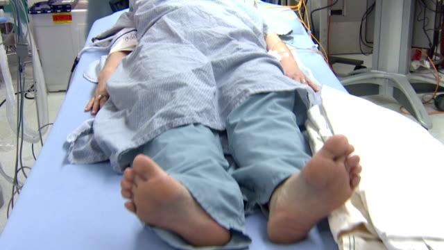 perdere i sensi del paziente - cadavere video stock e b–roll