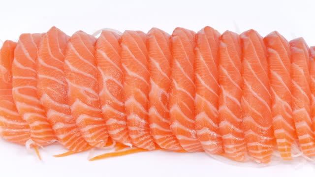 vidéos et rushes de tranche de saumon frais non cuite sur fond blanc, séquences vidéo panoramiques. - sky