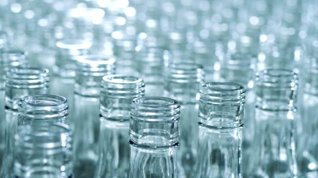 ungedeckte hälse von glasflaschen aus der nähe - altglas stock-videos und b-roll-filmmaterial