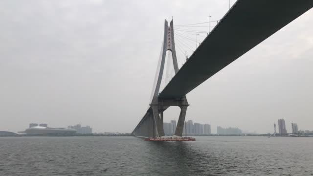 vídeos de stock e filmes b-roll de under the bridge - ponte