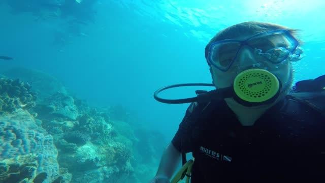 unter wasser selfie - sporttauchen stock-videos und b-roll-filmmaterial