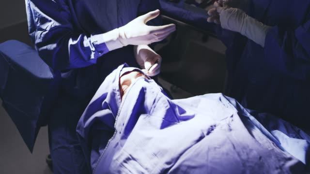in der zarten chirurgischen behandlung - kopfbedeckung stock-videos und b-roll-filmmaterial