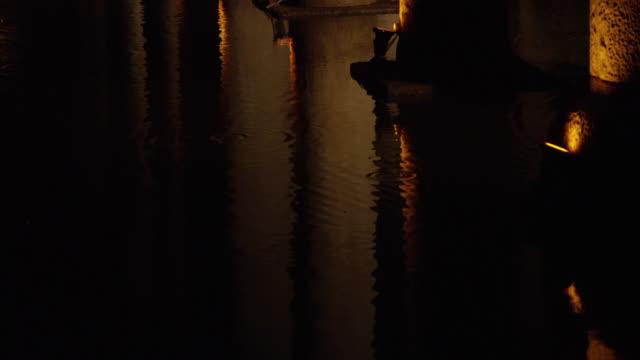 vídeos de stock e filmes b-roll de underground cistern (yerebatan sarnici) in sultanahmet, istanbul - cisterna água parada