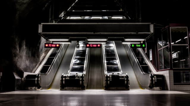 scala mobile della metropolitana di time lapse - escalator video stock e b–roll