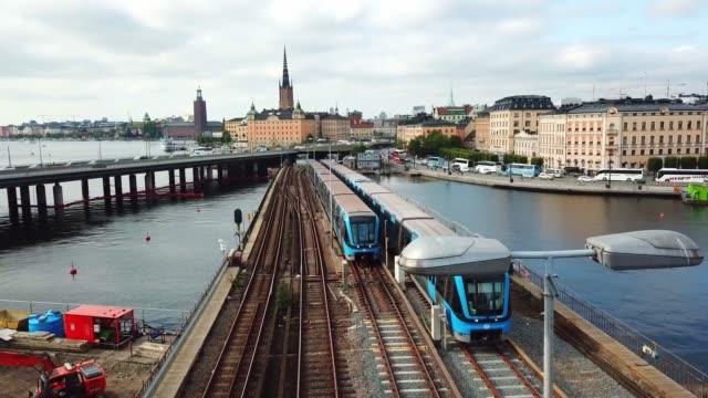tunnelbanan trafik korsar bron, stockholm city siluett - waiting for a train sweden bildbanksvideor och videomaterial från bakom kulisserna