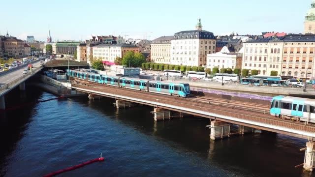 tunnel bane trafik korsar bro, stockholms stads silhuett - waiting for a train sweden bildbanksvideor och videomaterial från bakom kulisserna