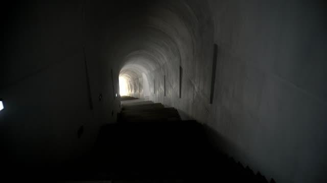 地下トンネル。トンネルからの出口に向かって滑らかな動き - 階段点の映像素材/bロール