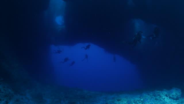 vídeos y material grabado en eventos de stock de cueva submarina como la sonrisa humana - micronesia