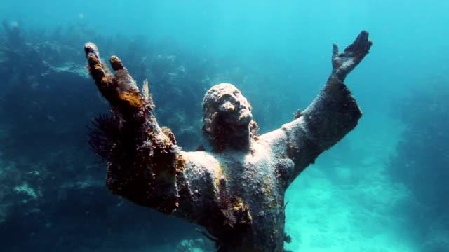 vídeos de stock e filmes b-roll de subaquático estátua de cristo - cristo redentor
