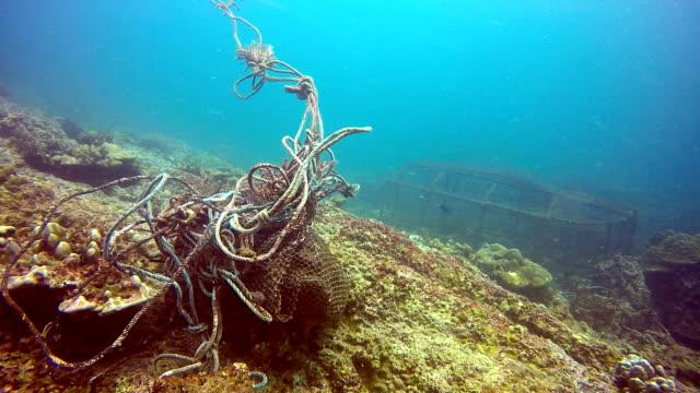 unterwasserjagd ghost net umweltschäden. - netzgewebe stock-videos und b-roll-filmmaterial