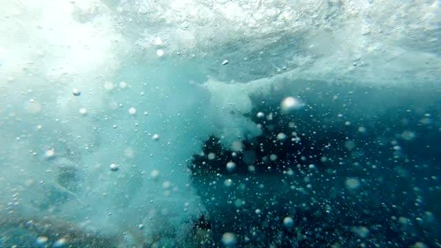stockvideo's en b-roll-footage met onderwater springen - ocean under water