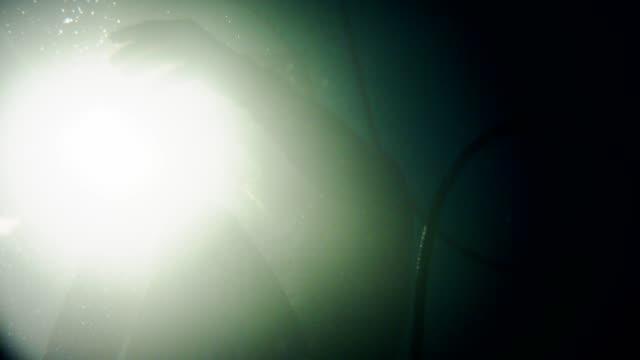 underwater sensory deprivation. virtual reality therapy - потеря стоковые видео и кадры b-roll
