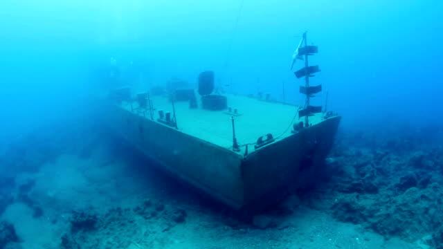underwater ship wreck - кораблекрушение стоковые видео и кадры b-roll