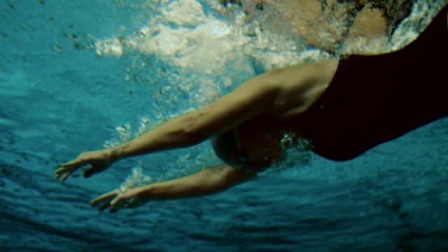 vídeos de stock e filmes b-roll de filmagem subaquática de uma mulher nadador - swim arms