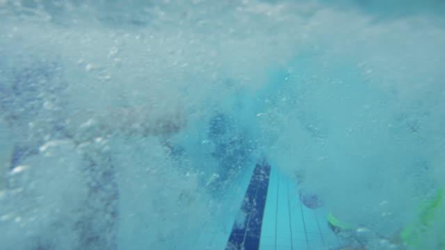 stockvideo's en b-roll-footage met onderwater schot van kinderen springen in overdekt zwembad van rand - swimmingpool kids