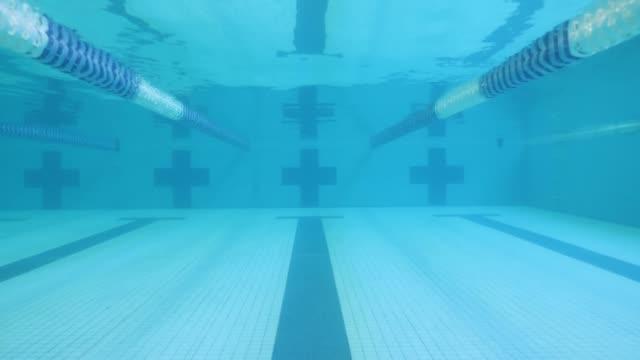 underwater skott av tom pool - tävlingsidrott bildbanksvideor och videomaterial från bakom kulisserna