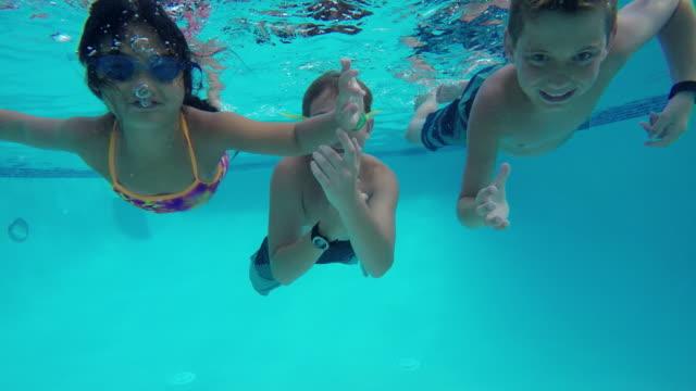 Disparo subacuático de los niños en la piscina - vídeo