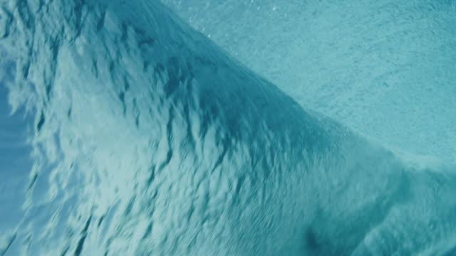 stockvideo's en b-roll-footage met onderwater beeld van surfer krijgen barreled op blue ocean wave - ocean under water