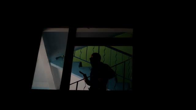 ピストルの階下に、警察からの脱出、追いかける予定で未定の強盗 - 犯罪者点の映像素材/bロール
