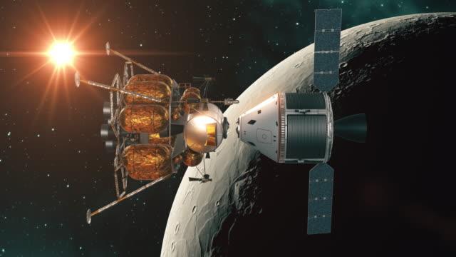 vídeos y material grabado en eventos de stock de desacoplamiento de la cápsula de la estación espacial y el lander lunar sobre fondo og the moon - amarrado