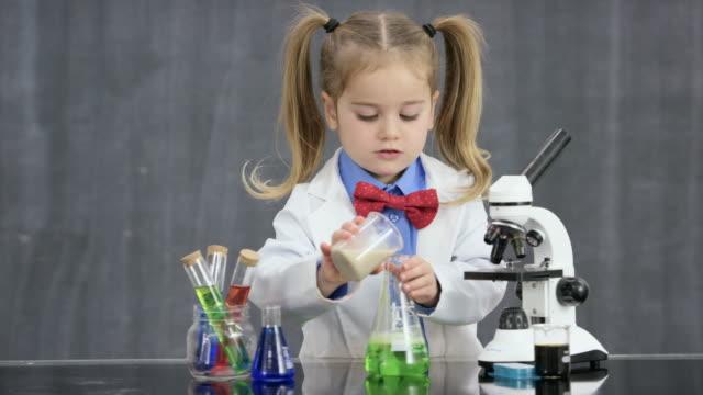 unerwartete ergebnisse - wissenschaftlerin stock-videos und b-roll-filmmaterial
