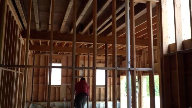 木製フレームおよびビーム構造中の未完成の建物 - 大工点の映像素材/bロール