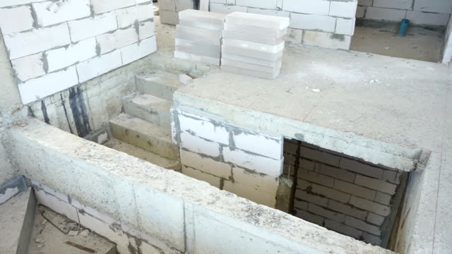 vídeos y material grabado en eventos de stock de sin terminar la escalera y el muro en sitio de construcción - imperfección