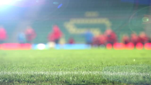 unfocused materiał filmowy z piłkarzy (piłka nożna-graczy) rozgrzewkę przed meczem - rozgrzewka filmów i materiałów b-roll