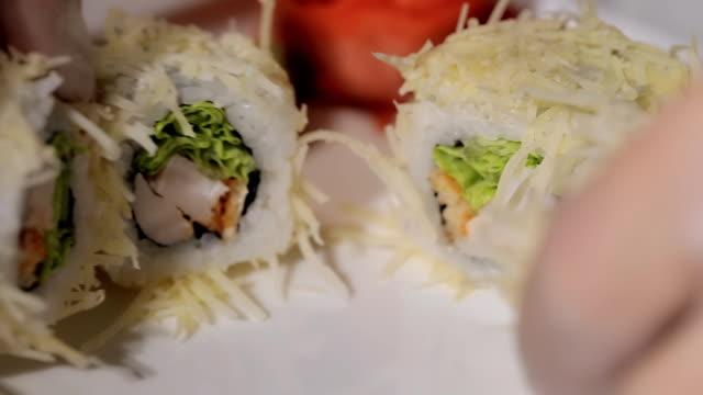 なく巻き寿司皿の上の。チーズ、エビ&ライス、手作りの職人の作業の手袋 ビデオ